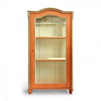 Malované prosklené skříně, vitriny a knihovny Ze tří stran prosklená jednodveřová vitrina s obloukovou římsou.