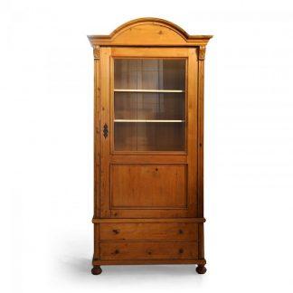 Tradiční selský nábytek Vysoká starožitná vitrina ze smrkového dřeva po celkové opravě.