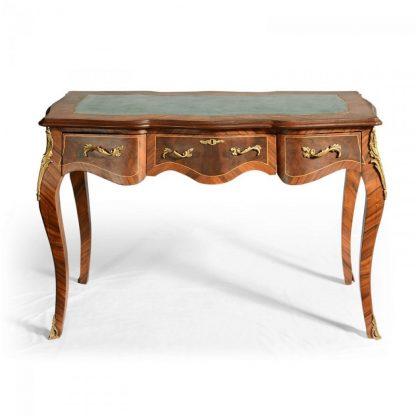 Vykládaný psací stůl s bronzovými ozdobami.