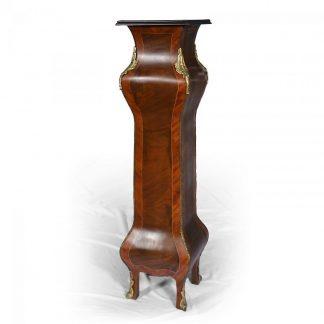 Ostatní starožitný nábytek - zrcadla, sloupy, pedestaly, toaletky Pedestal – sloup na květiny nebo sochy dýhovaný ořechem.
