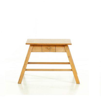 Nízký repasovaný stolek.