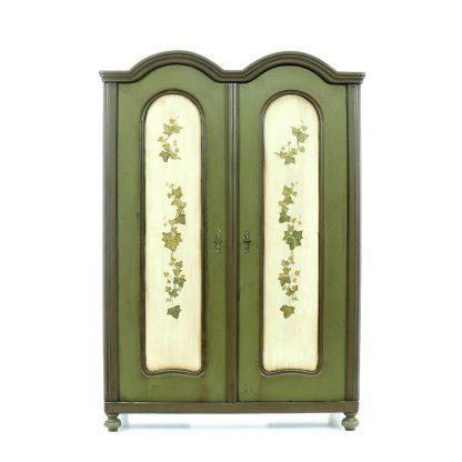 Malovaná skříň dvoudveřová s dvojitým obloukem.