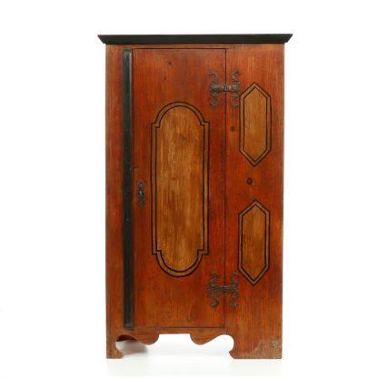 Starožitná malovaná  jednodveřová šatní skříň.