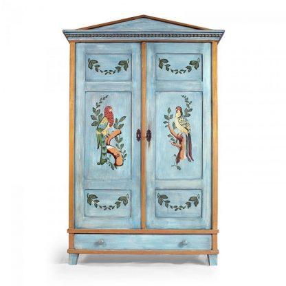 Malovaná skříň s papoušky.