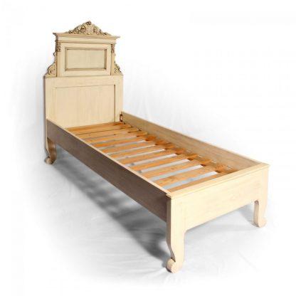 Jednolůžková postel z masivního smrku, restaurovaný originální kus z počátku 20. století.
