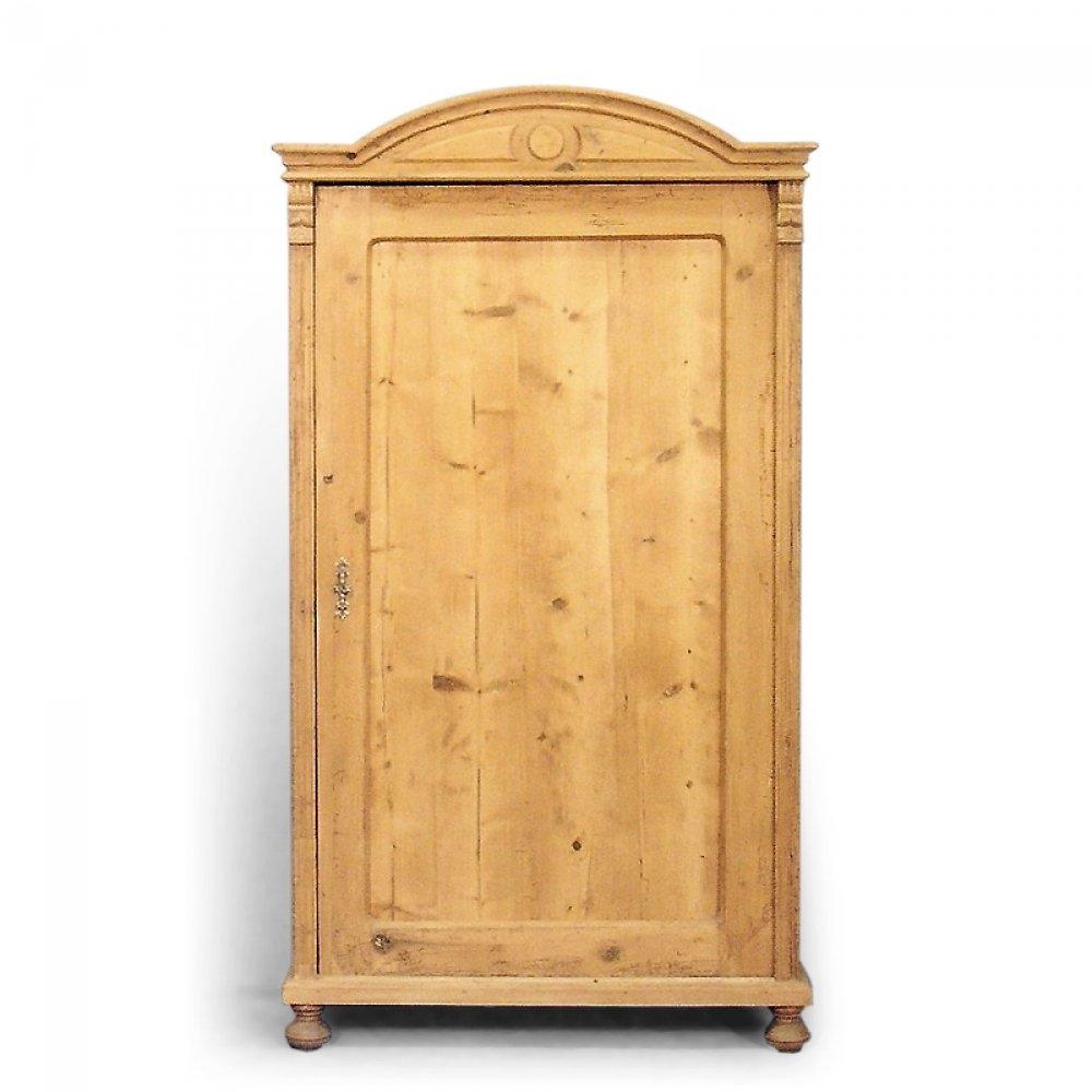 Šatní skříně Jednodveřová šatní skříň s obloukovou lištou.