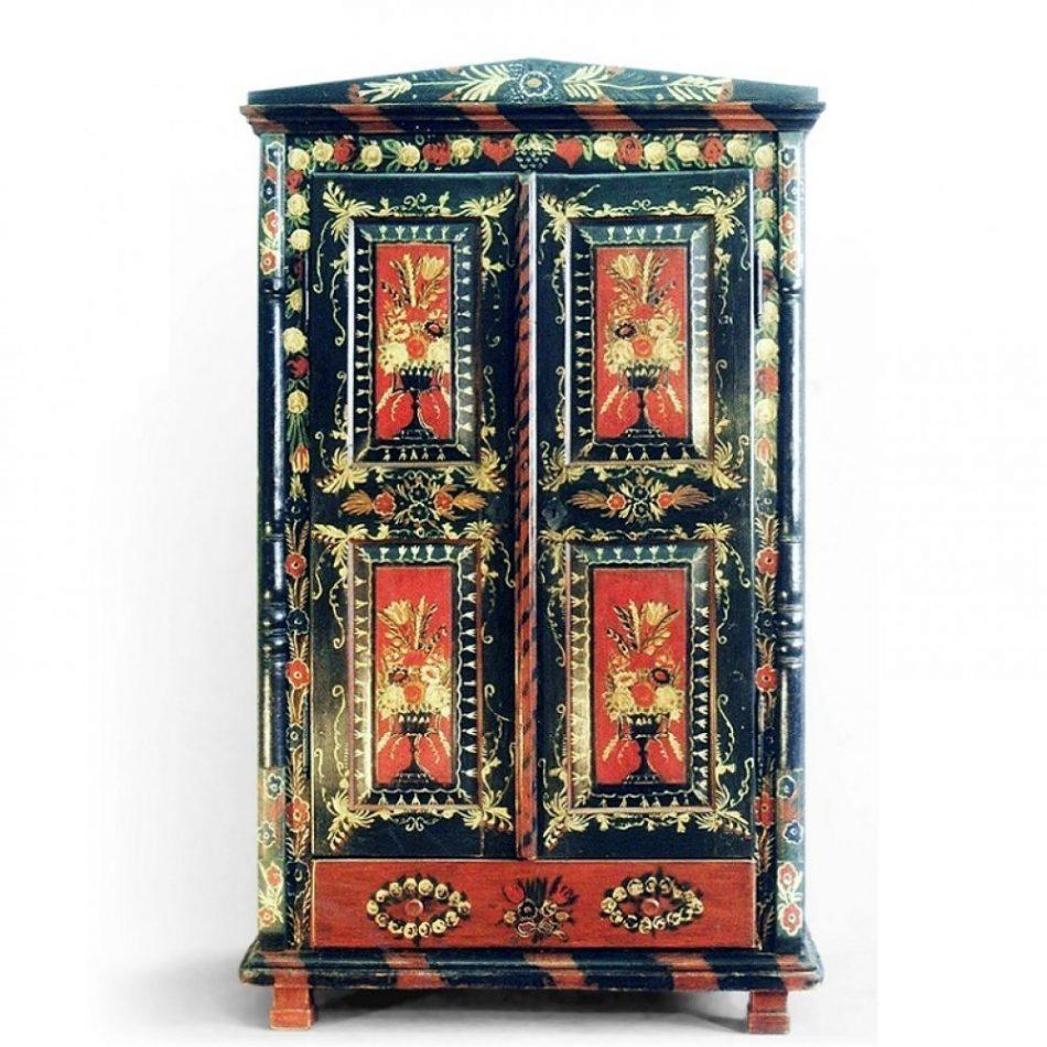 Malovaný a barvený nábytek Bohatě malovaná a patinovaná skříň.
