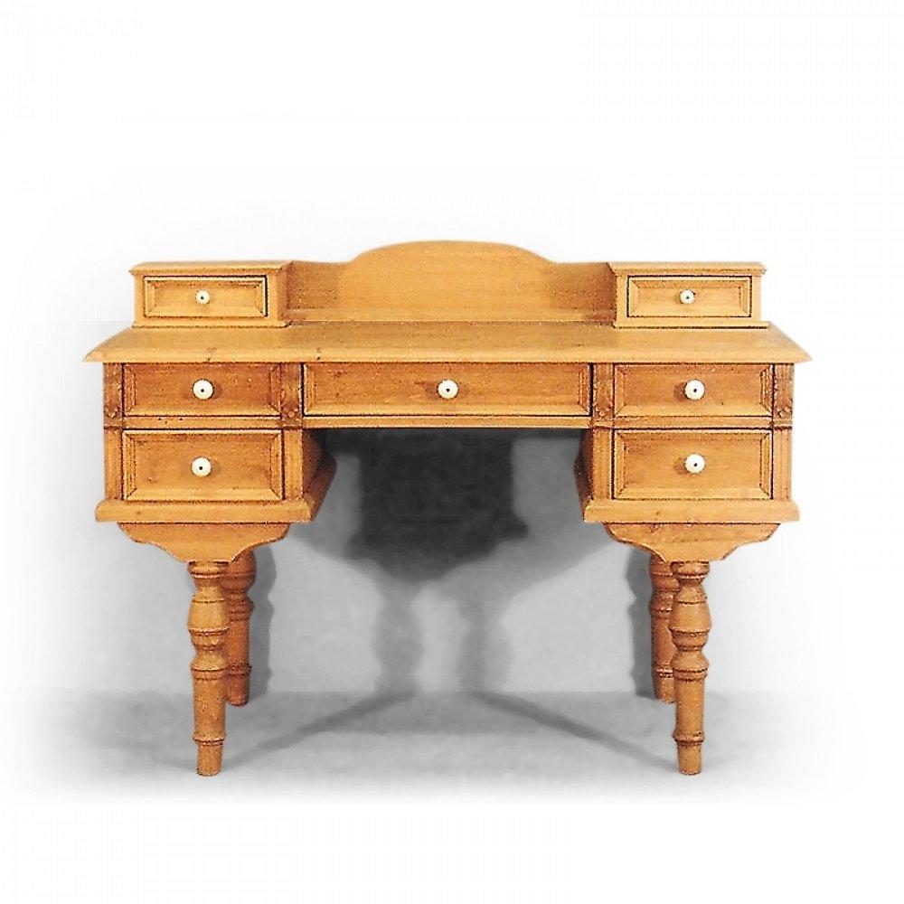Stoly a stolky Replika psacího stolu v neorenesančním stylu.