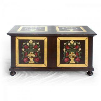 Malovaný a barvený nábytek Replika malované truhly z masivního smrkového dřeva.