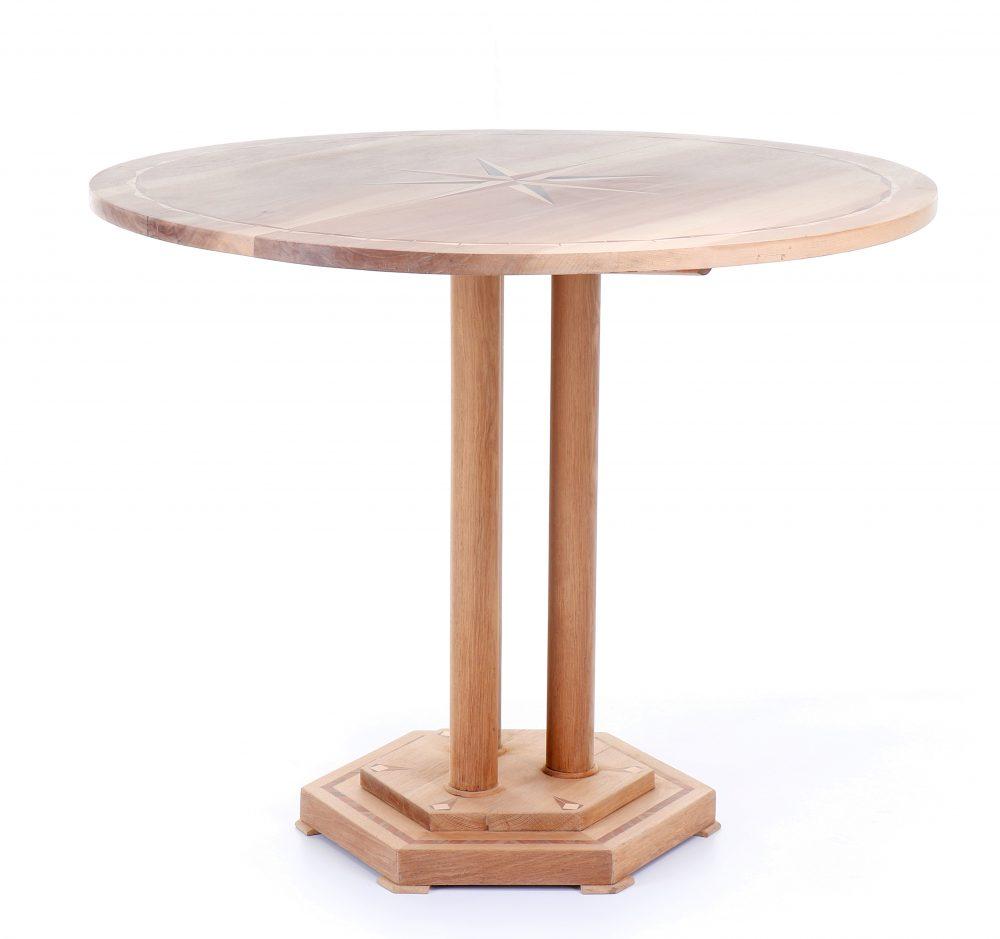 Vykládaný starožitný stůl s kulatou sklopnou deskou.