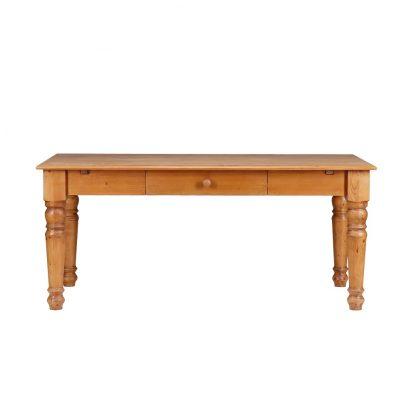 Velký jídelní stůl se soustruženými nohami.