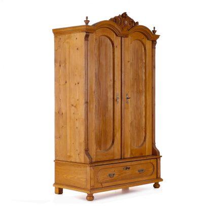 Zcela původní, starožitná, bohatě vyřezávaná šatní skříň.