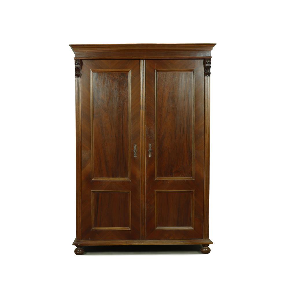 Starožitné šatní skříně Dvoudveřová  starožitná skříň dýhovaná ořechem.