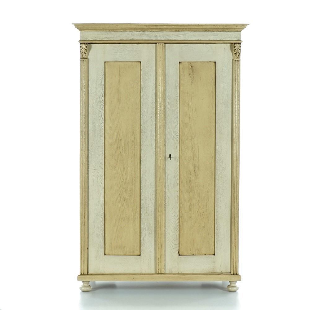 Malovaný a barvený nábytek Dubová dvoudveřová šatní skříň z počátku 20.století.