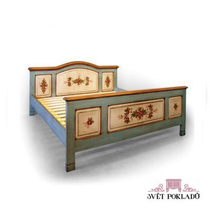 Malovaná dvoulůžková postel s obloukem.