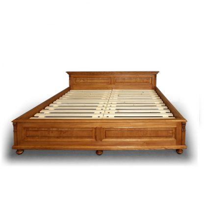 Dvoulůžková postel ze smrkového dřeva.