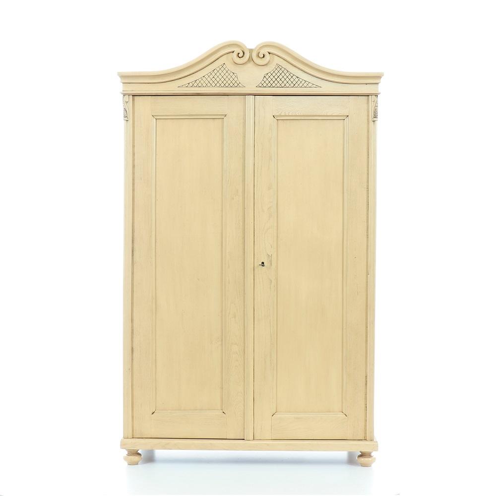 Malovaný a barvený nábytek Dubová dvoudveřová skříň s volutovou římsou.