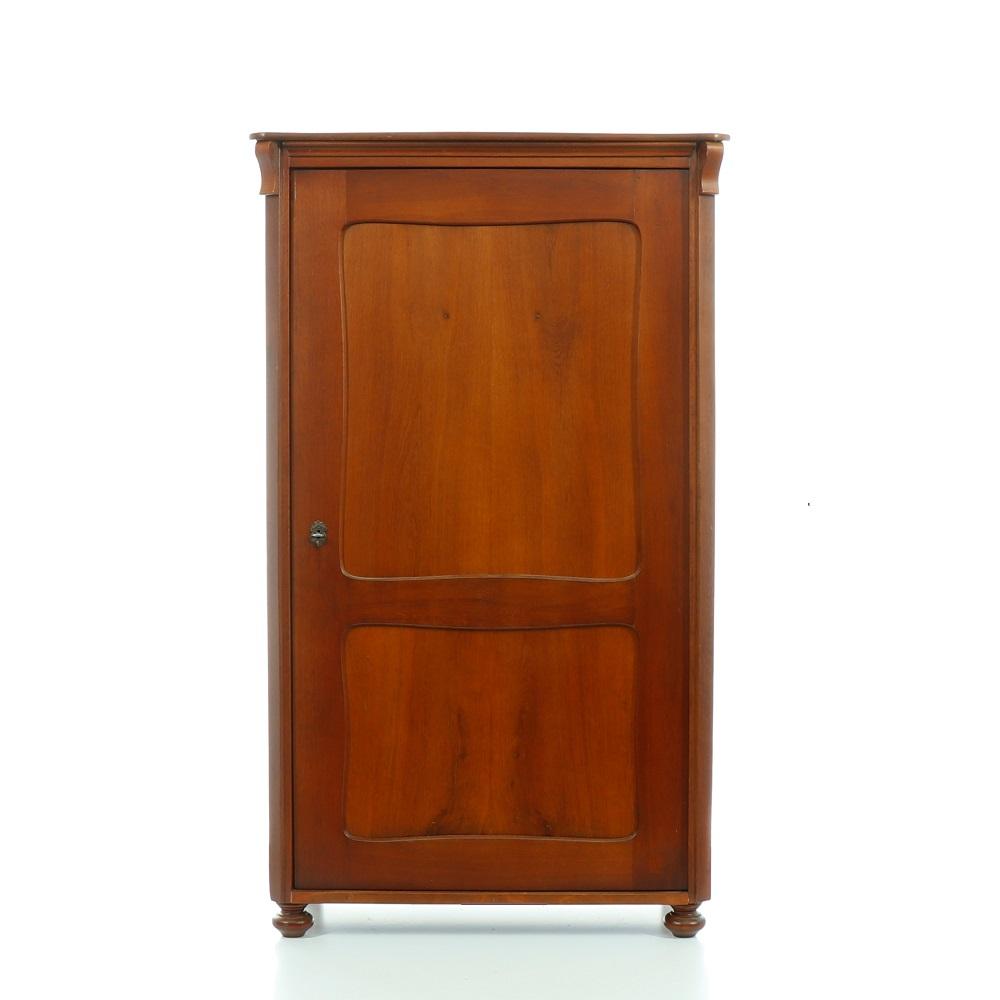 Šatní skříně Jednodveřová starožitná dubová šatní skříň.