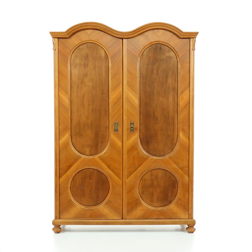 Starožitné šatní skříně Dvoudveřová  šatní skříň dýhovaná ořechem.