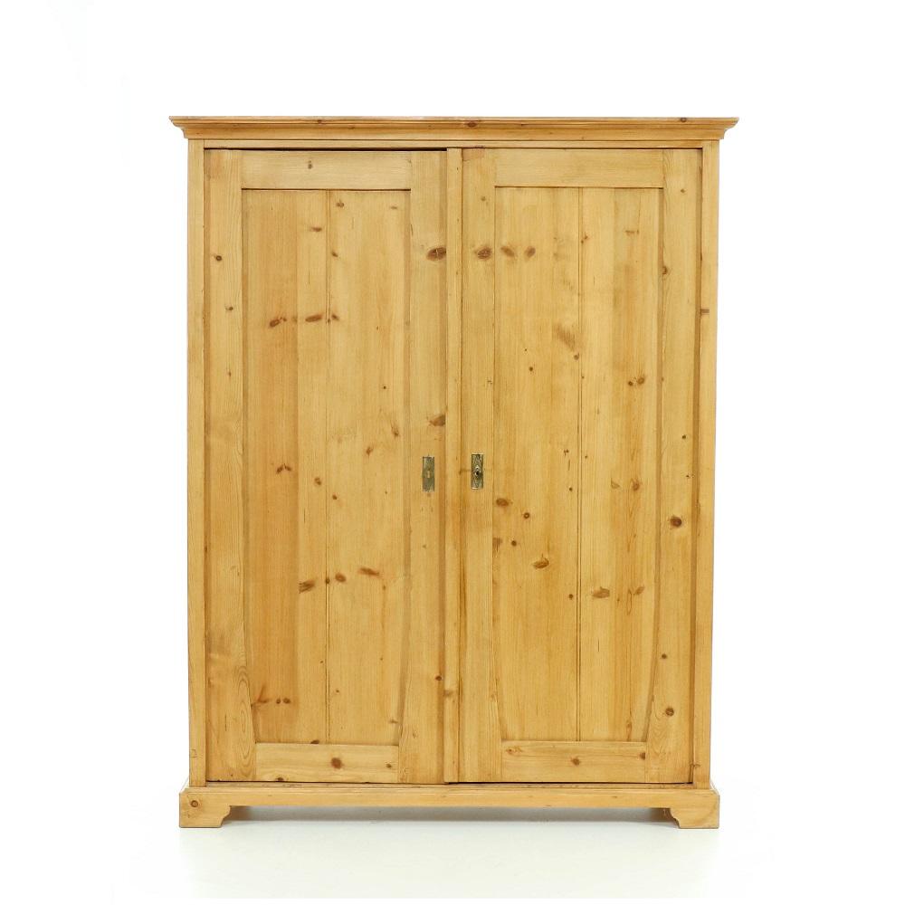 Šatní skříně Dvoudveřová skříň repasovaná s vnitřními zásuvkami.