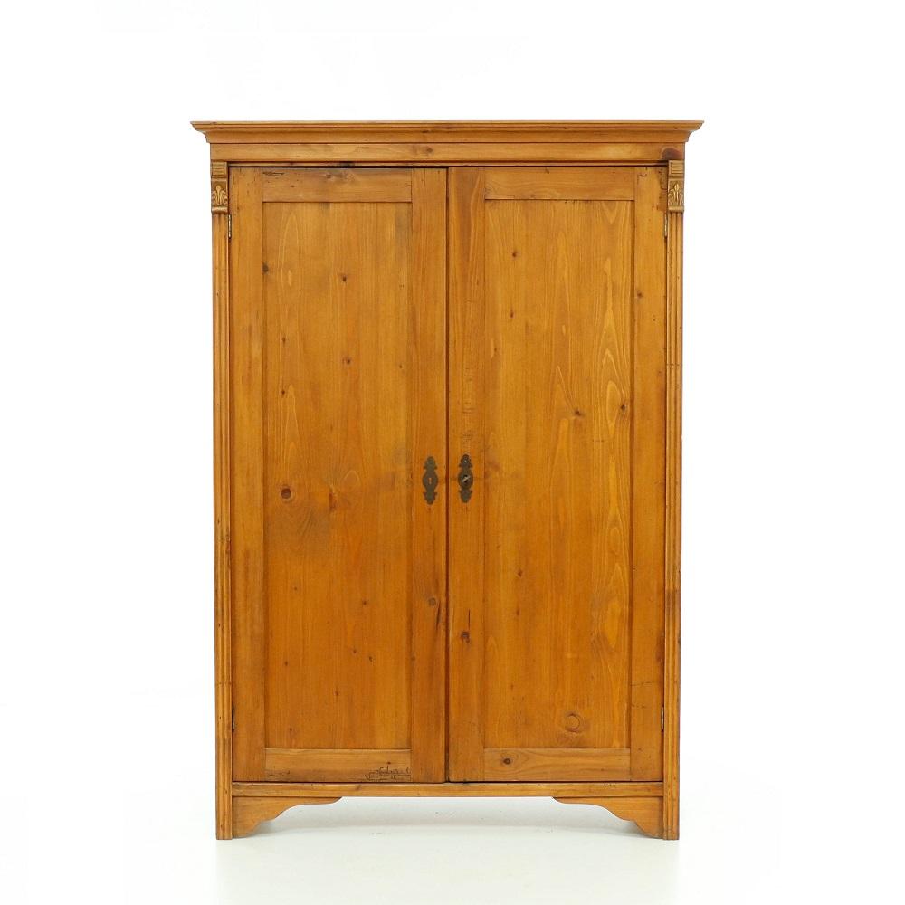 Šatní skříně Dvoudveřová skříň repasovaná s vnitřními policemi.