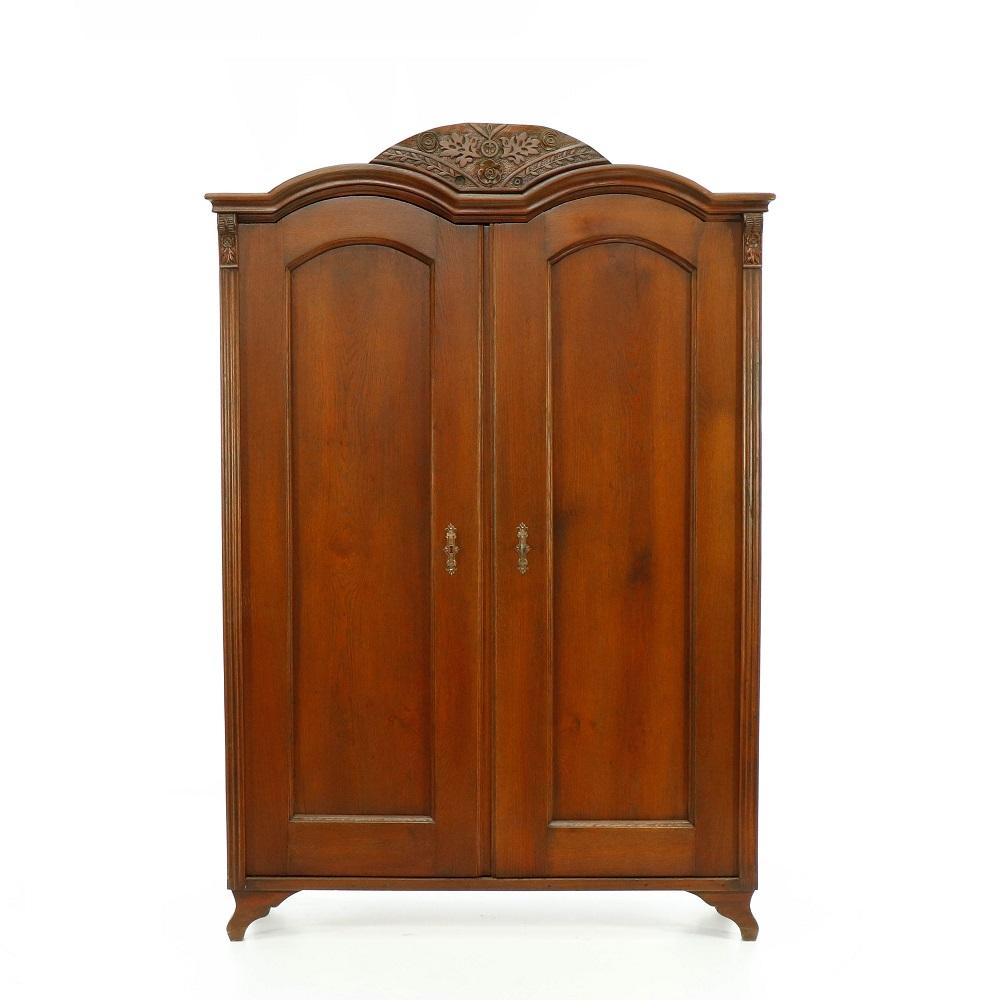 Starožitné šatní skříně Dvoudveřová  šatní skříň z masivního dubu.