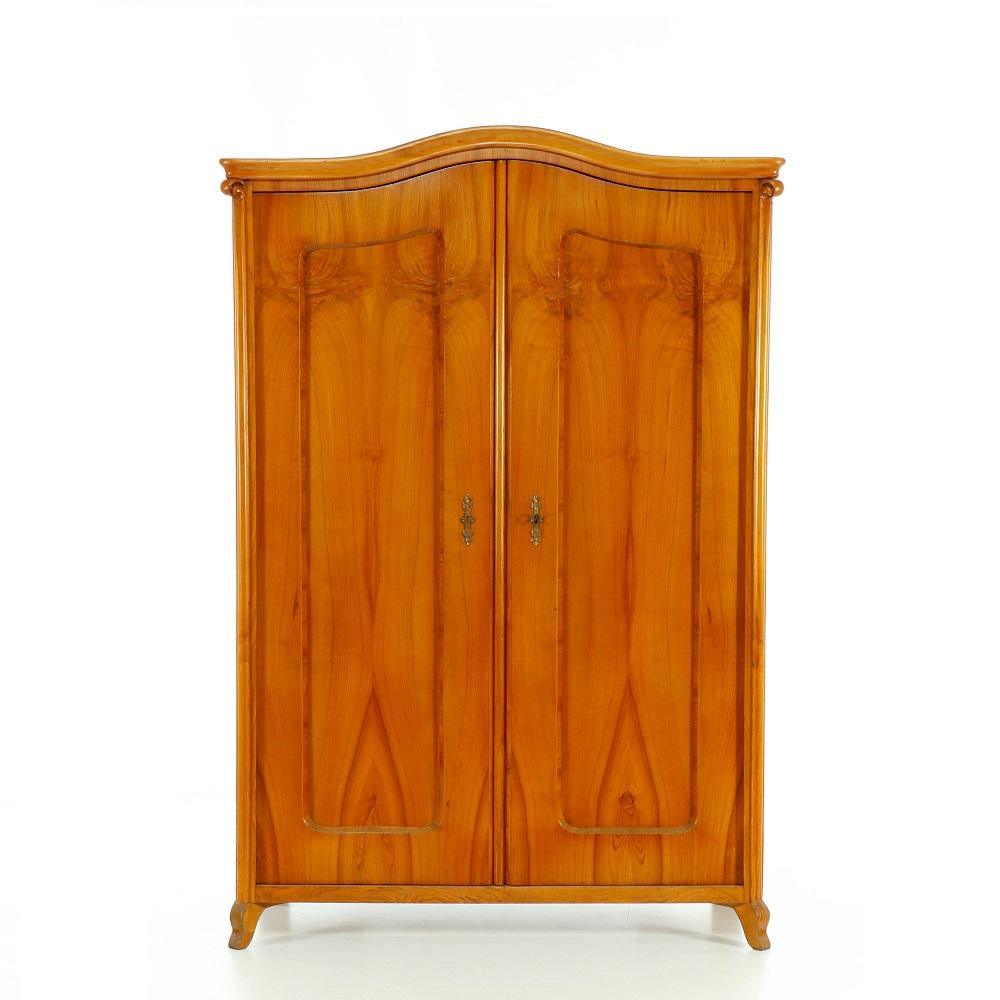 Starožitné šatní skříně Dvoudveřová skříň dýhovaná třešňovým dřevem.