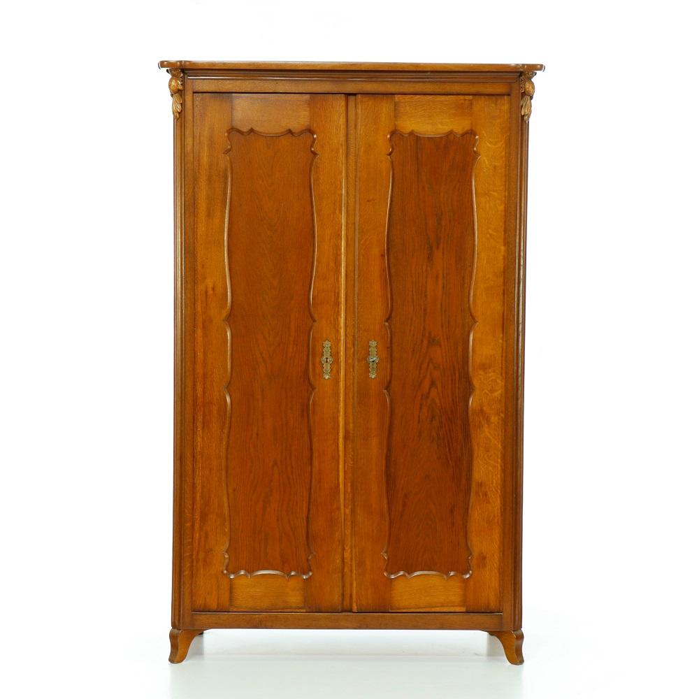 Starožitné šatní skříně Dvoudveřová skříň z masivního dubu – pozdní Biedermeier.