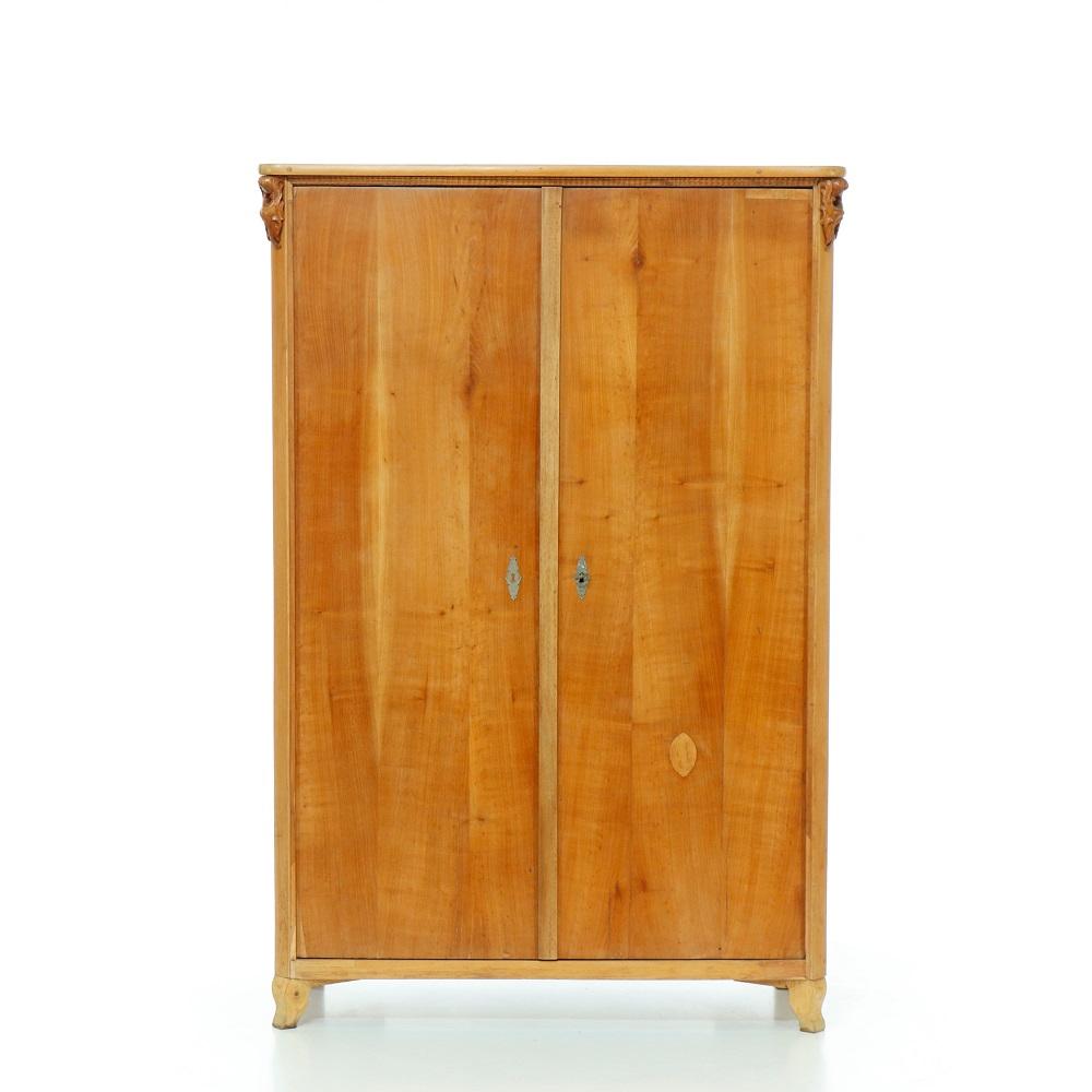 Starožitné šatní skříně Dvoudveřová skříň z třešňového dřeva – pozdní Biedermeier.