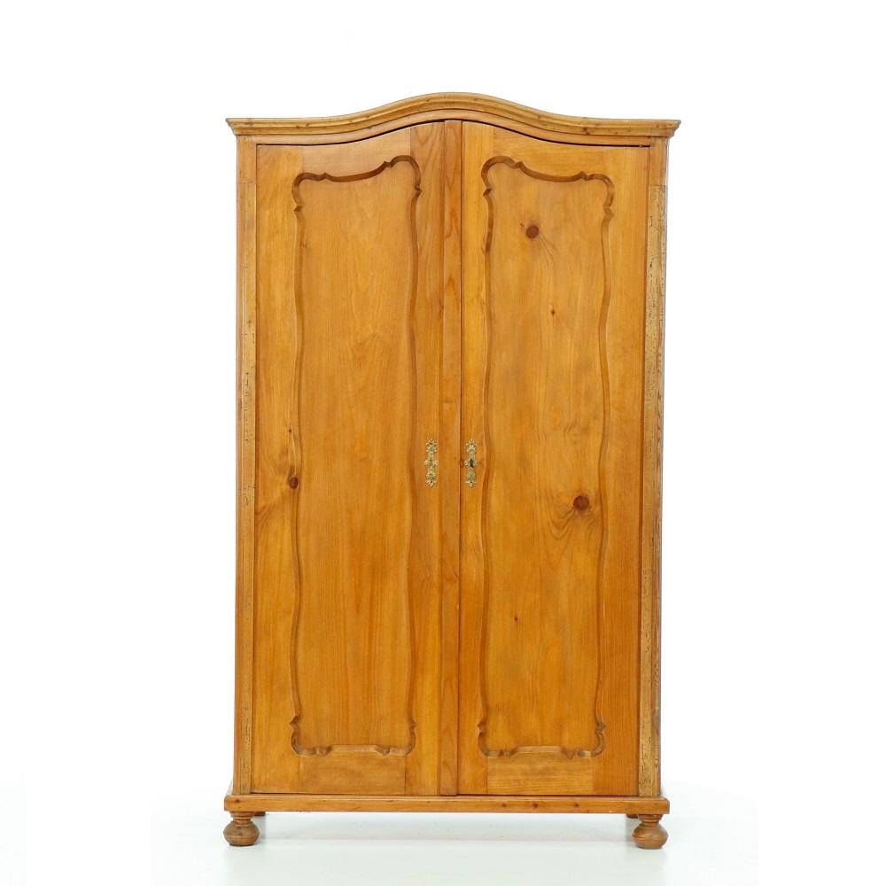 Šatní skříně Dvoudveřová repasovaná skříň s obloukovou římsou.