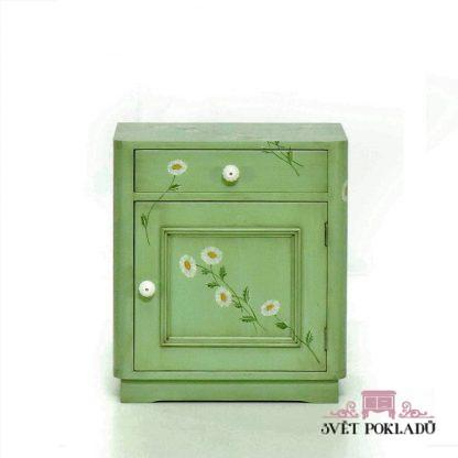 Zelený noční stolek s květinovým dekorem.