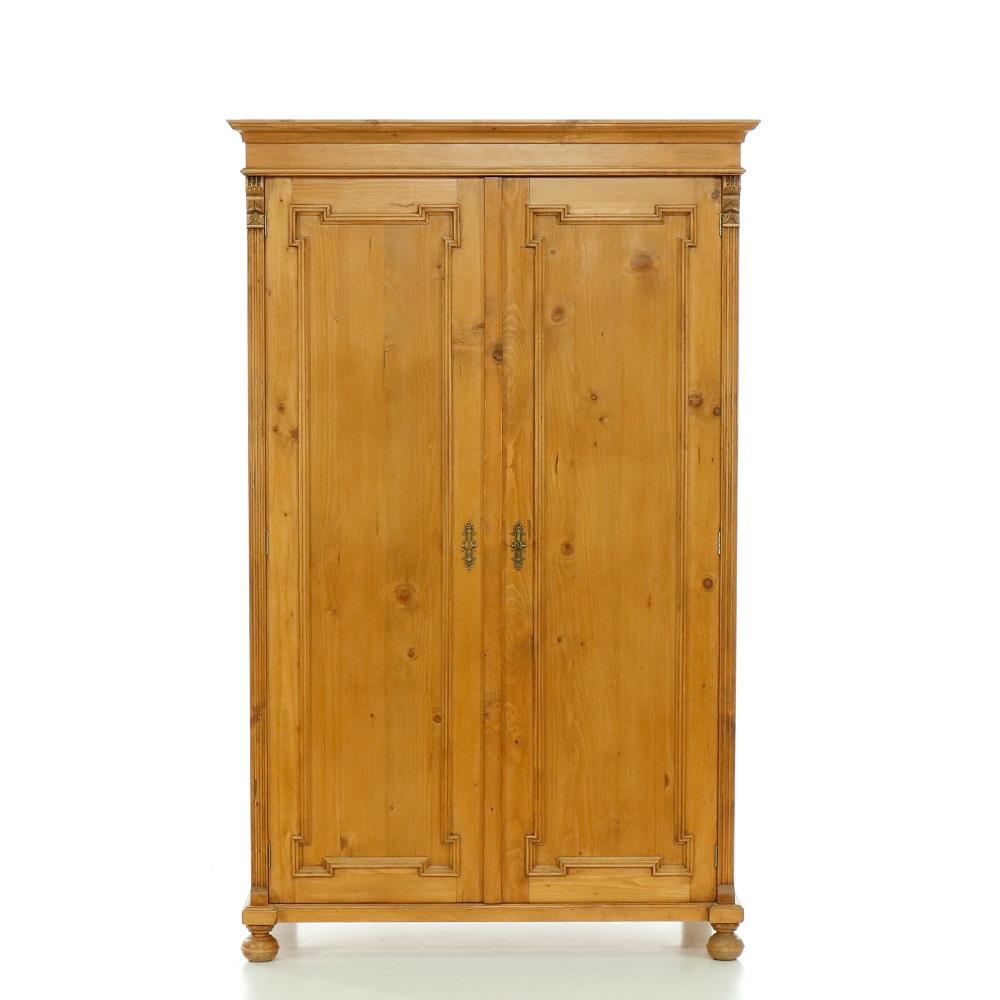 Šatní skříně Dvoudveřová šatní skříň z masivního smrku.