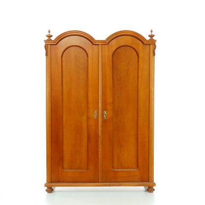 Dvoudveřová třešňová šatní skříň.