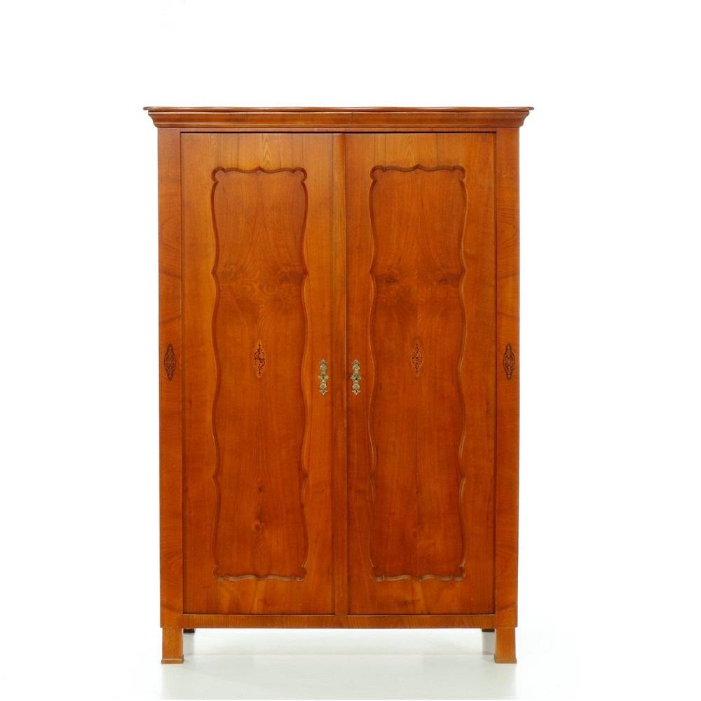 Starožitné šatní skříně Dvoudveřová třešňová intarzovaná skříň –  Biedermeier.
