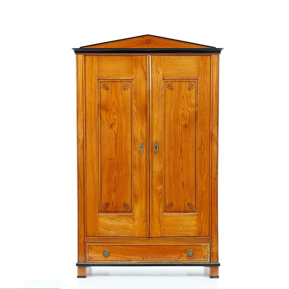 Starožitné šatní skříně Dvoudveřová skříň z masivního třešňového dřeva – Biedermeier.