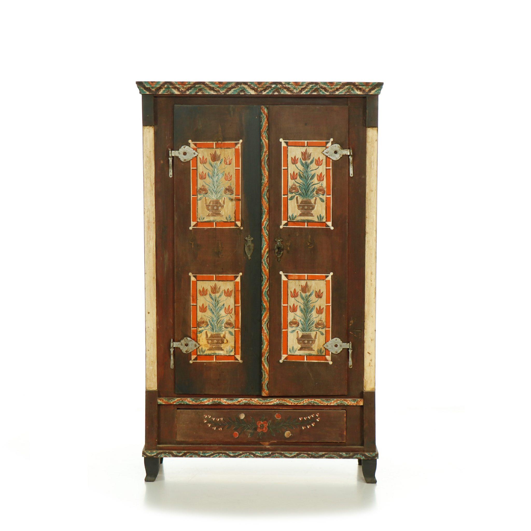 dvoudveřová malovaná skříň z masivu Svět pokladů